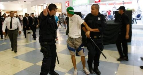 14dez2013---rolezinho-no-shopping-internacional-guarulhos-grande-sp-terminou-em-tumulto-e-com-mais-de-20-detidos-o-encontro-dos-jovens-foi-marcado-nas-redes-sociais-1389638659467_956x500